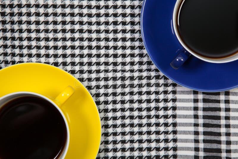Deux tasses de café et d'écharpe d'Arabe sur une table photographie stock libre de droits
