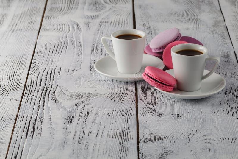 Download Deux Tasses De Café Noir Avec Macarons Délicieux Image stock - Image du gourmet, dater: 77154979