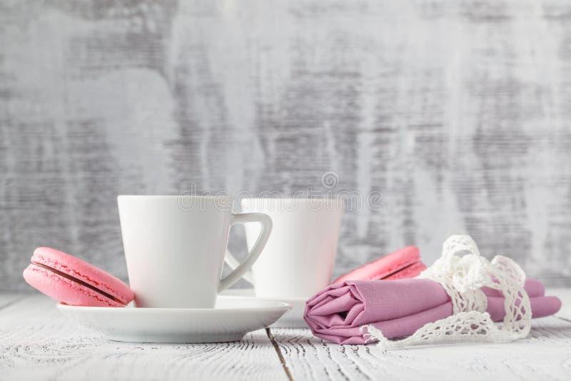 Download Deux Tasses De Café Noir Avec Macarons Délicieux Photo stock - Image du caféine, ceramic: 77156992