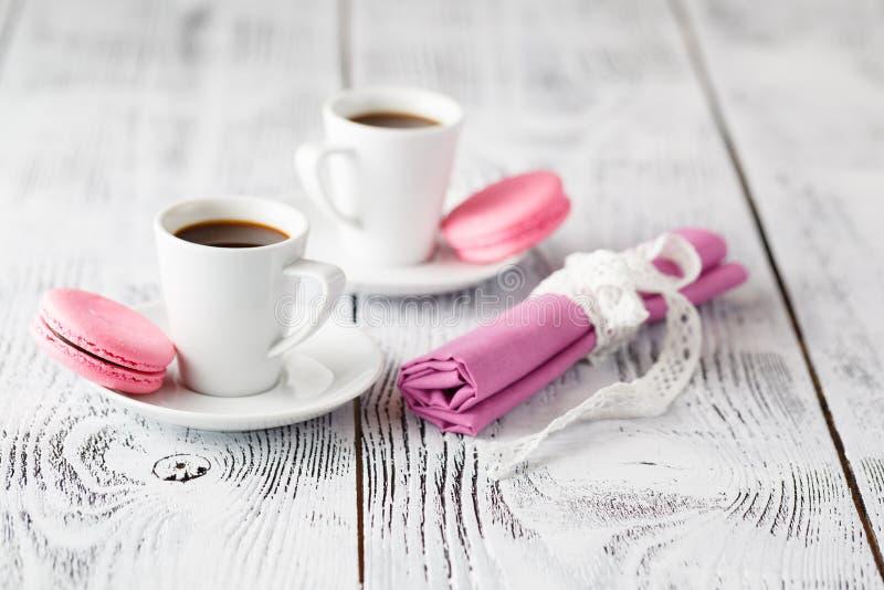 Download Deux Tasses De Café Sur La Table En Bois Chic Minable En Café Image stock - Image du boisson, sucre: 77154915