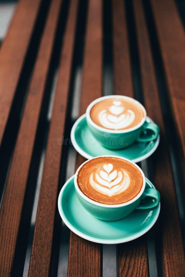 Deux tasses de cappuccino avec l'art de latte images libres de droits