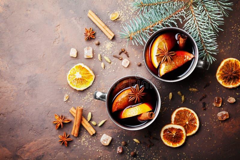 Deux tasses de vin chaud ou de gluhwein de Noël avec des épices et tranches oranges sur la vue supérieure rustique de table Boiss photographie stock libre de droits