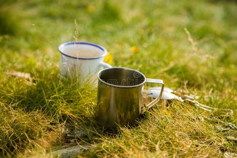 Deux tasses en métal avec le thé sur la montagne Dehors petit déjeuner pendant la hausse photos libres de droits