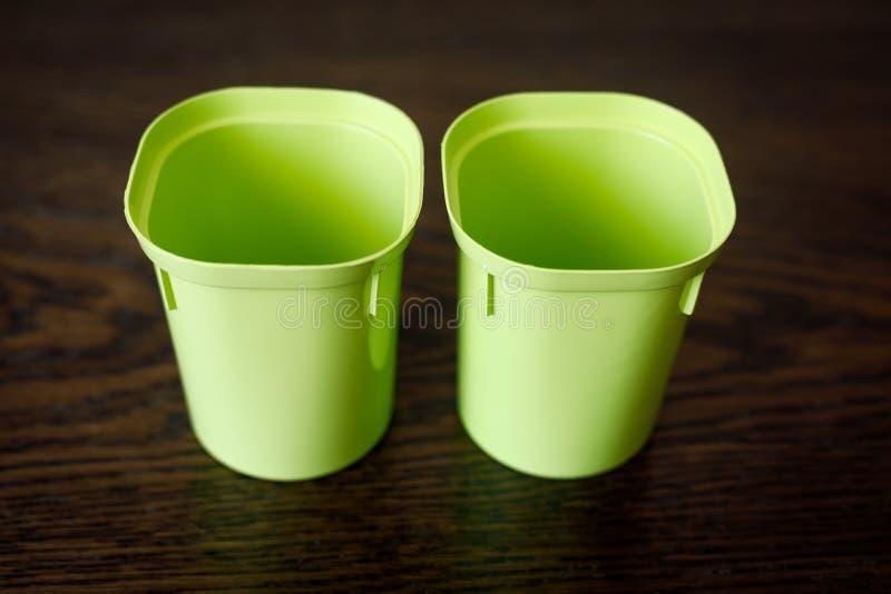 Deux tasses en plastique vides pour des jeunes plantes Articles de floriculture photo stock