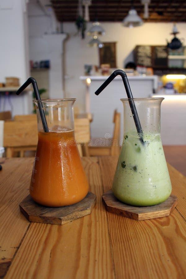 Deux tasses ou deux ` de tasses ou de tubes de ` de Latte de Matcha et de thé thaïlandais glacé photo stock