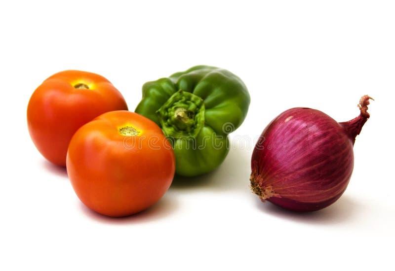 Deux tomates, poivre vert, oignon rouge photos libres de droits