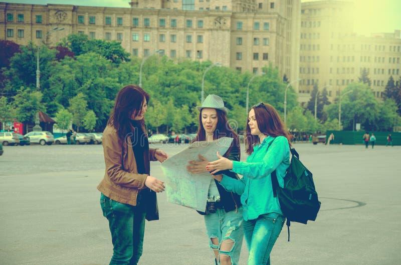 Deux touristes dans une ville peu familière photos stock
