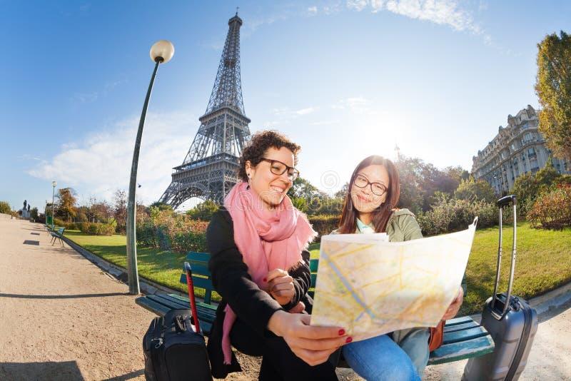 Deux touristes heureux regardant pour tracer sur l'emplacement image libre de droits
