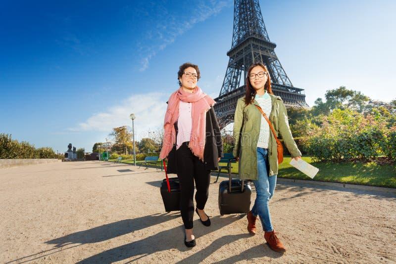 Deux touristes marchant autour de Paris avec le bagage photos libres de droits