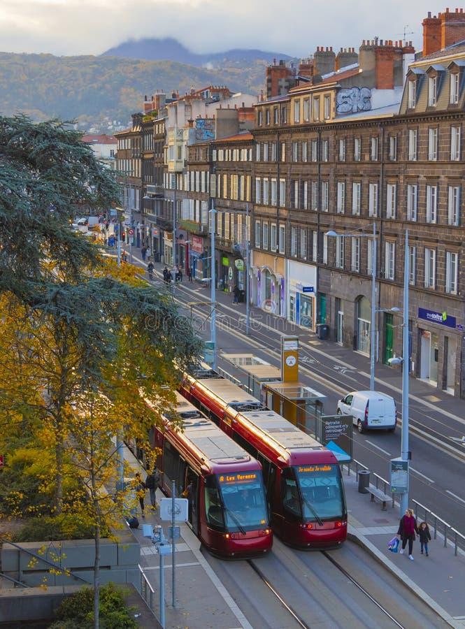 Deux tramways sur un arrêt de tramway images libres de droits