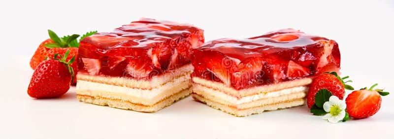 Deux tranches de gâteau de couche de fraise et de crème image libre de droits