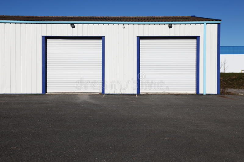 Deux trappes industrielles blanches de garage photo libre de droits