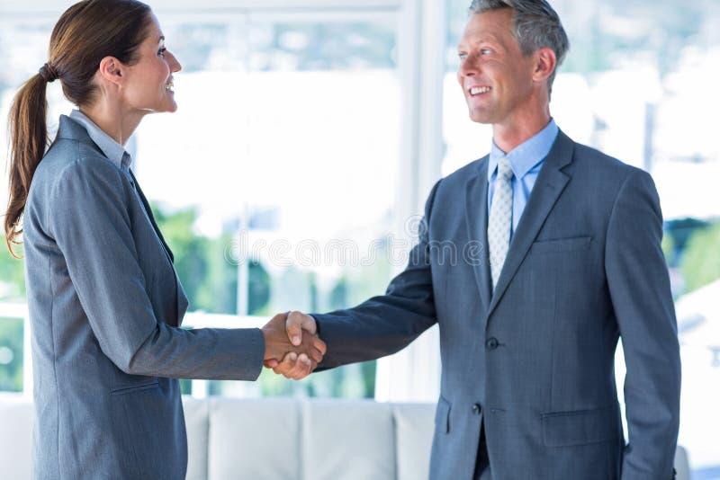 Download Deux Travailleurs D'affaires Se Serrent La Main Image stock - Image du sourire, élégant: 56479933