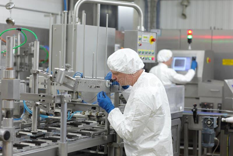 deux travailleurs à la chaîne de production à l'usine image libre de droits