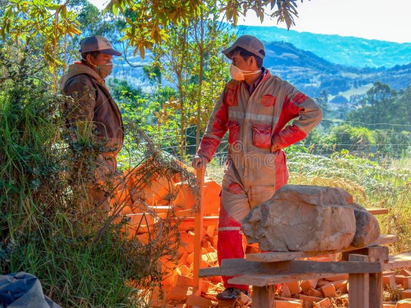 Deux travailleurs de contruction font une pause photographie stock libre de droits