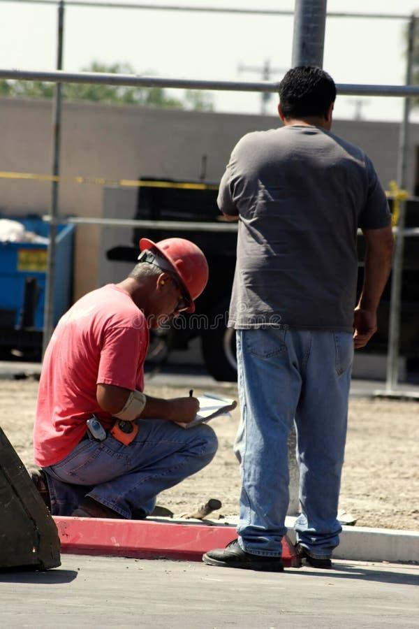 Deux travailleurs de la construction photos libres de droits