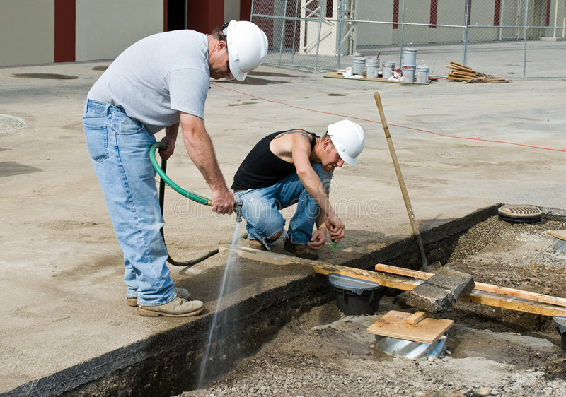 Deux travailleurs de la construction photographie stock