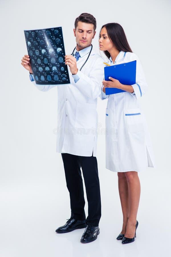 Deux travailleurs médicaux regardant la photo de rayon X du cerveau images libres de droits