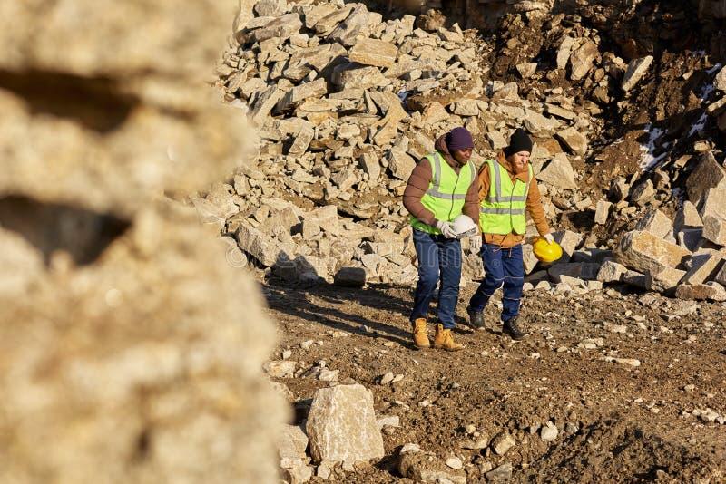 Deux travailleurs marchant sur le site en Alaska photographie stock libre de droits