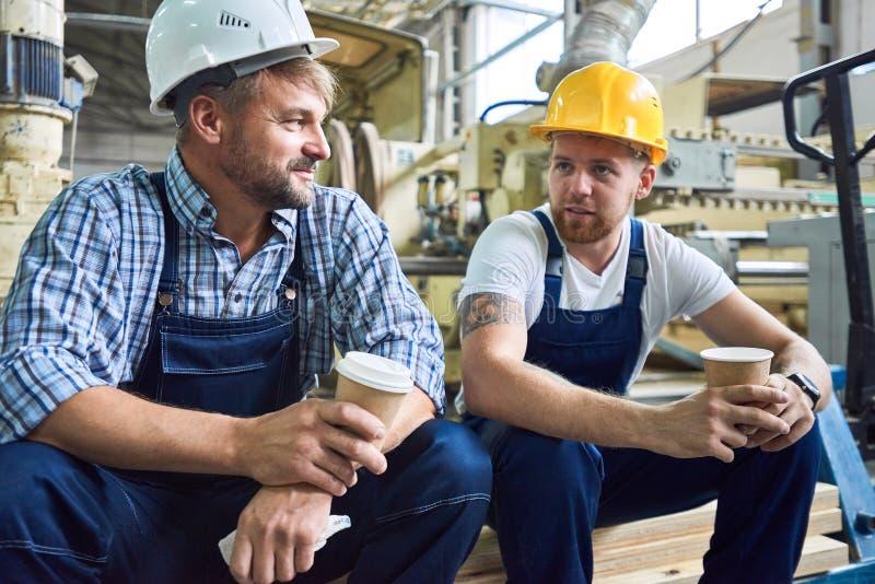Deux travailleurs sur la pause-café images libres de droits