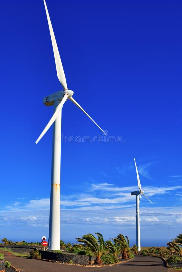 Deux turbines de vent photographie stock