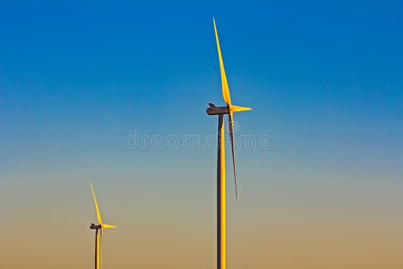 Deux turbines de vent dans le début de la matinée photos stock