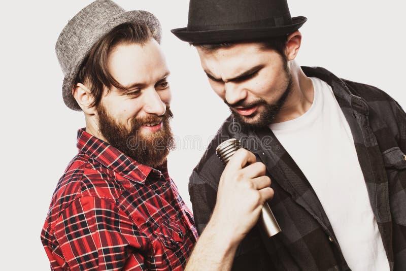 Deux types chantant au-dessus du fond blanc image libre de droits