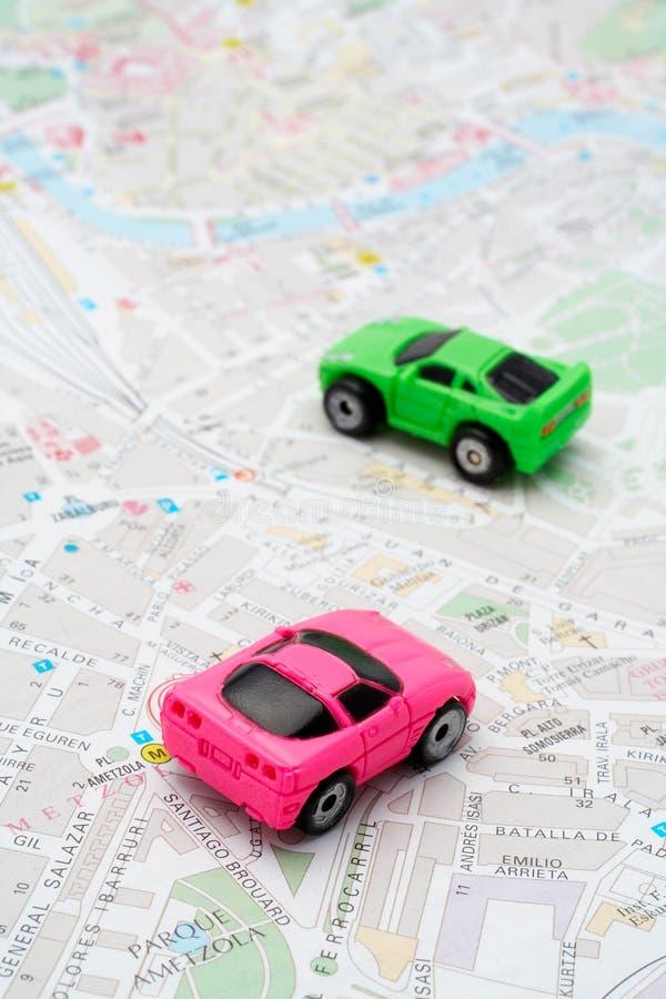 Deux véhicules sur la carte image stock