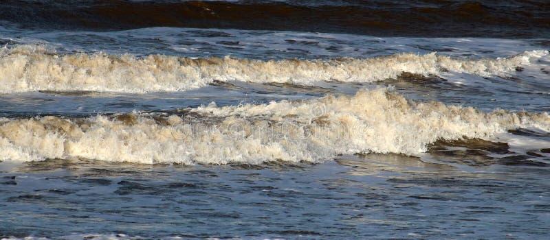 Deux vagues venant à terre sur la plage à Fleetwood photo libre de droits