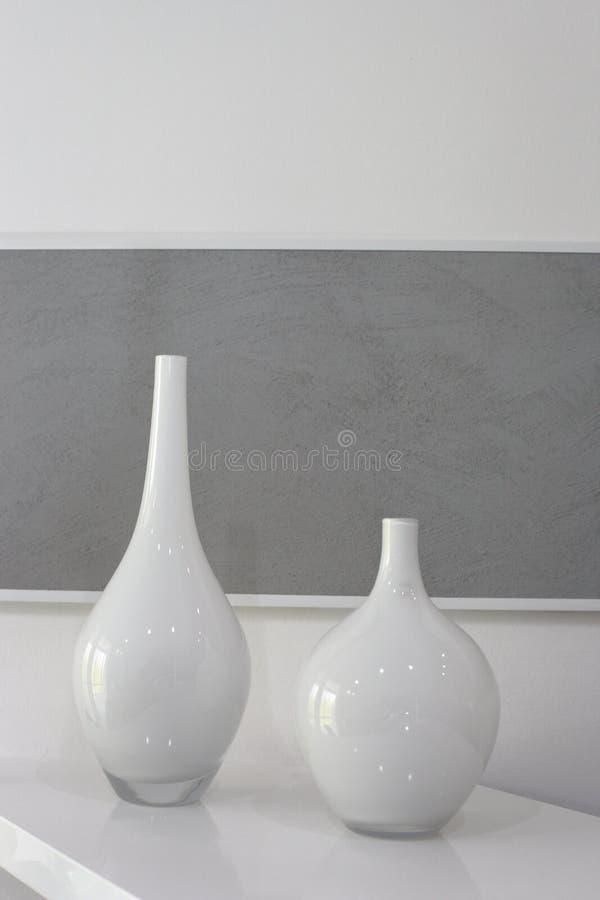 Deux vases blancs photographie stock libre de droits