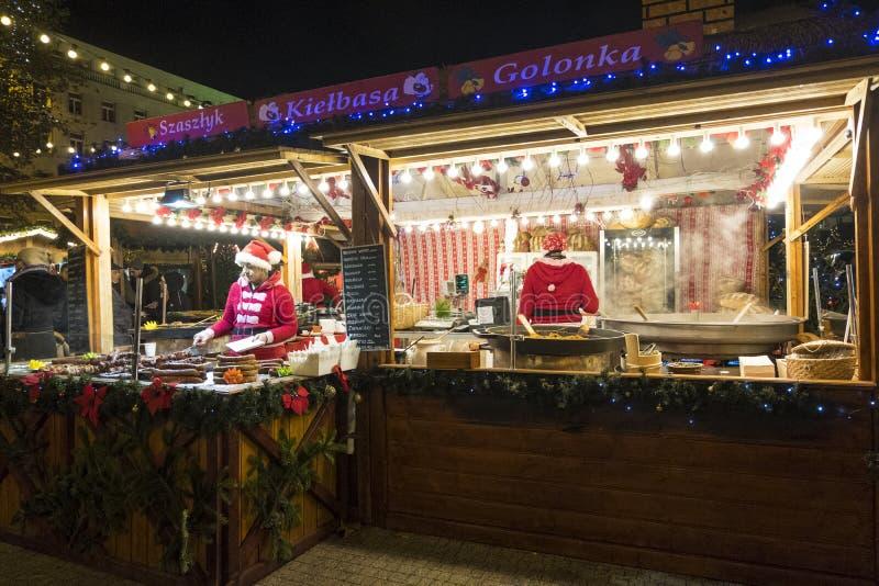 Deux vendeuses dans un kiosque de Noël avec vendre la nourriture chaude Marché de Noël à Poznan poland photos stock