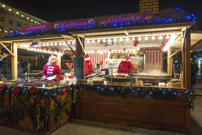 Deux vendeuses dans un kiosque de Noël avec vendre la nourriture chaude Marché de Noël à Poznan poland photographie stock libre de droits