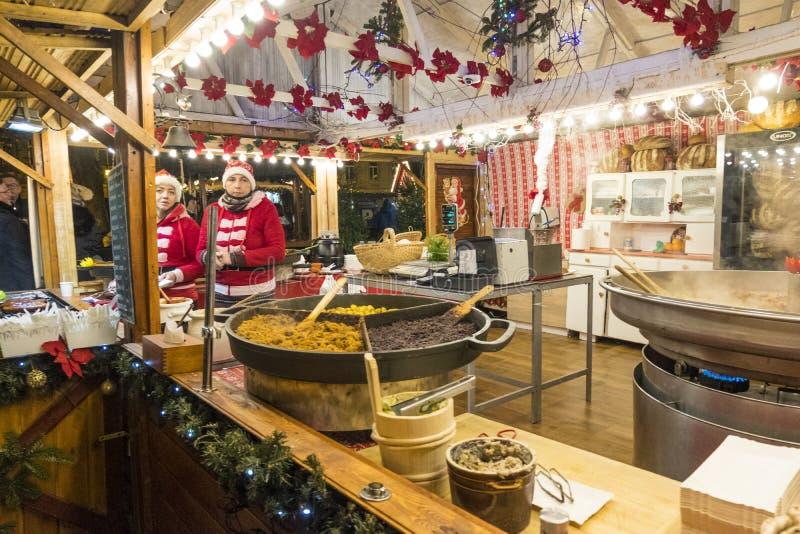 Deux vendeuses dans un kiosque de Noël avec vendre la nourriture chaude Marché de Noël à Poznan poland photographie stock