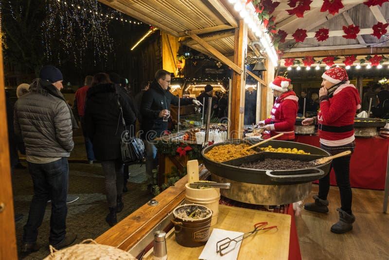Deux vendeuses dans un kiosque de Noël avec vendre la nourriture chaude Marché de Noël à Poznan poland image libre de droits
