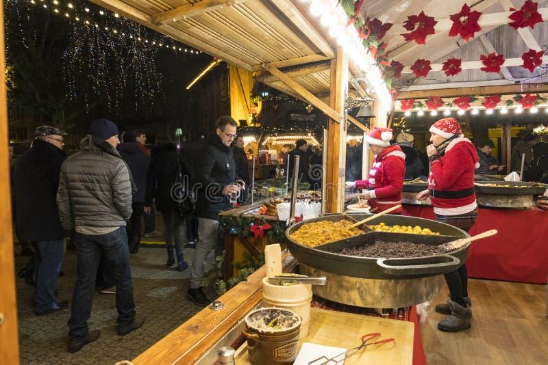Deux vendeuses dans un kiosque de Noël avec vendre la nourriture chaude Marché de Noël à Poznan poland photo libre de droits