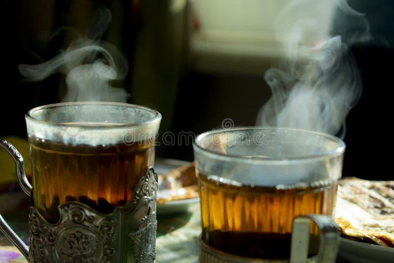 Deux verres avec des supports de tasse photos stock