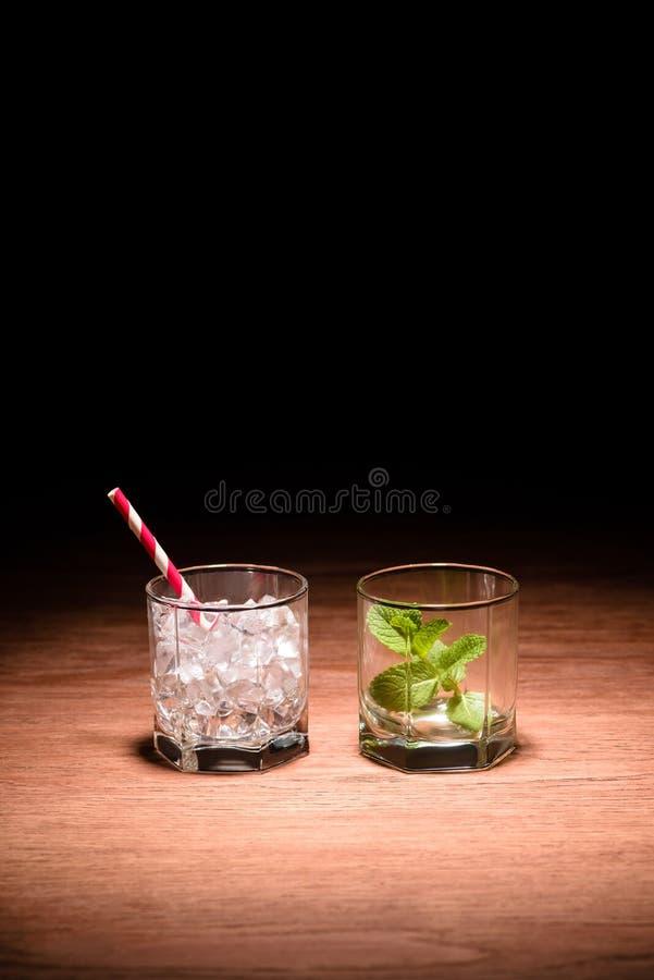deux verres avec les glaçons et la menthe pour des boissons d'alcool images stock