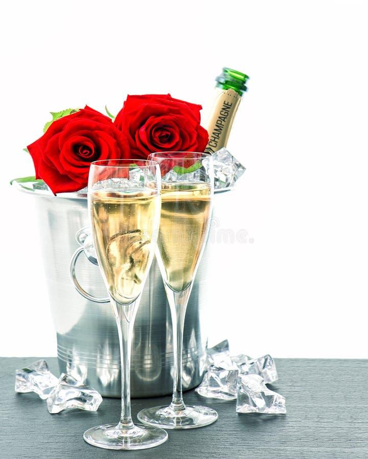 deux verres bouteille de champagne et roses rouges image stock image du neuf cadeau 45197535. Black Bedroom Furniture Sets. Home Design Ideas