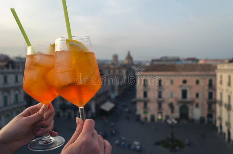 Deux verres d'aperol spritz sur le dessus de toit de Catane Le CIT images stock
