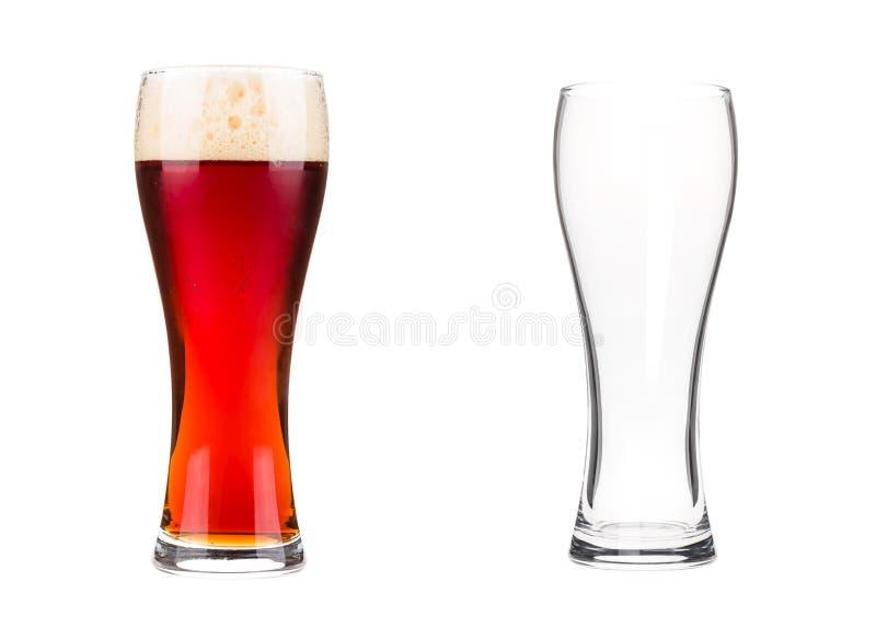 Deux verres de bière d'isolement sur le fond blanc photographie stock
