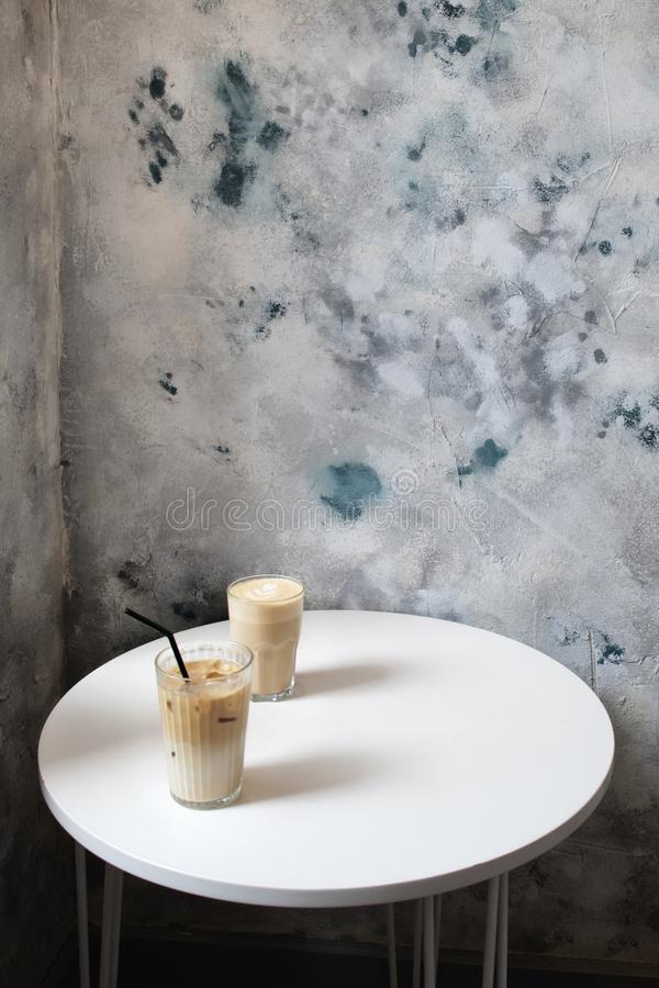 Deux verres de café sur la table blanche en café photo stock