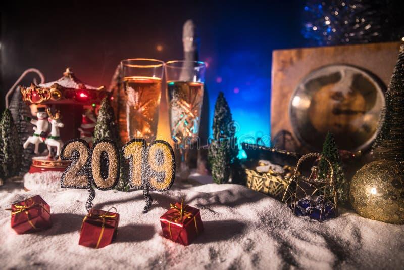 Deux verres de champagne avec la décoration de Noël Boisson traditionnelle d'alcool de vacances d'hiver dans la neige avec la nou image stock