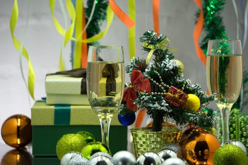 Deux verres de champagne sur le fond de bokeh de Noël avec la neige photo stock