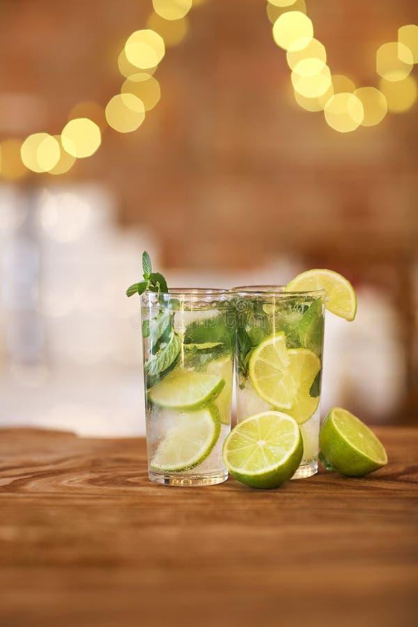 Deux verres de cocktail avec la chaux et la menthe photographie stock libre de droits