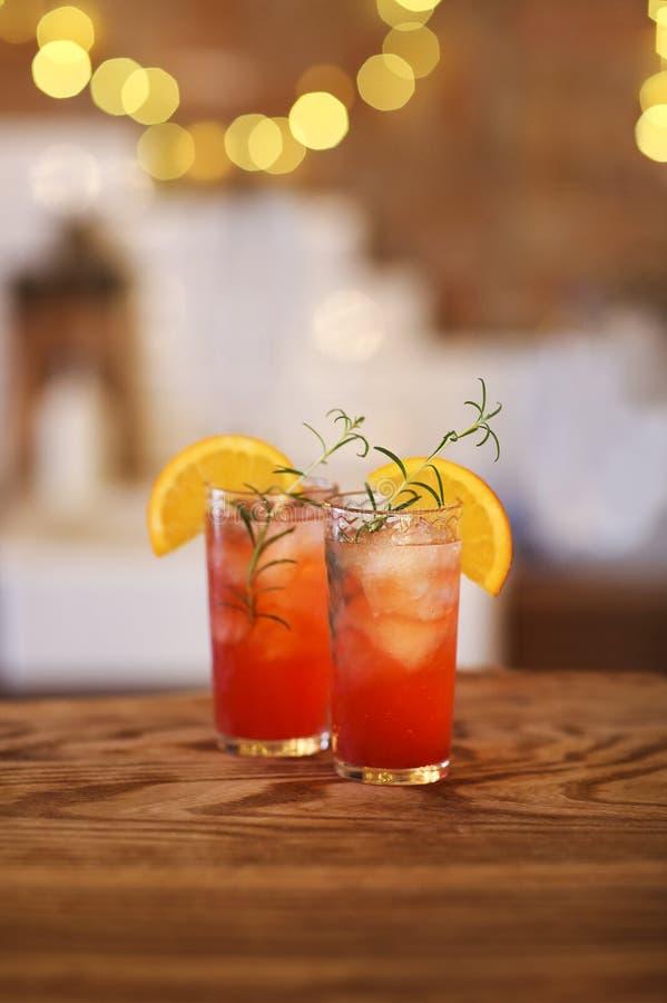 Deux verres de cocktail sur le compteur en bois de barre image stock