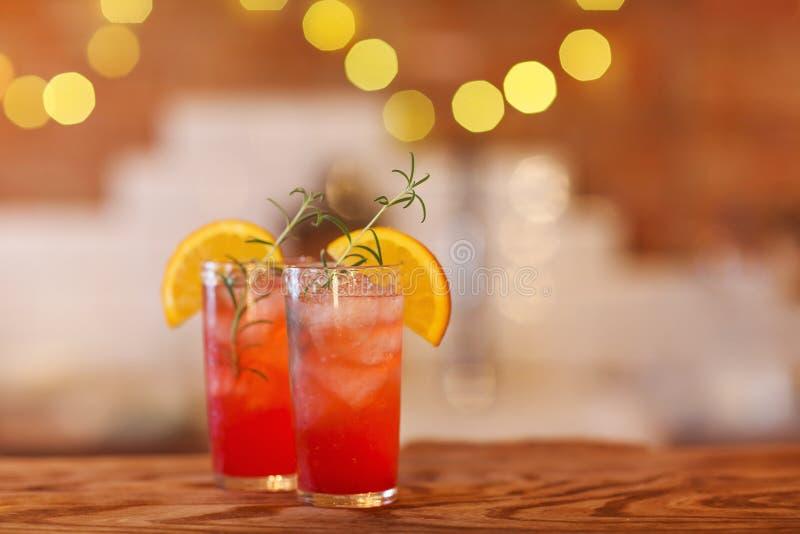 Deux verres de cocktail sur le compteur en bois de barre photos libres de droits