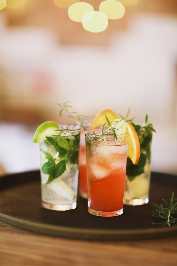 Deux verres de cocktail sur le plateau dans la barre photographie stock