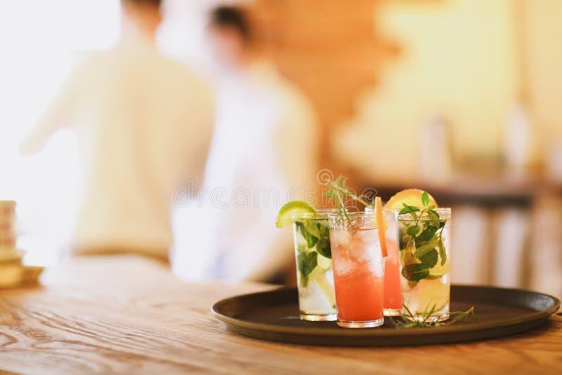 Deux verres de cocktail sur le plateau dans la barre images libres de droits