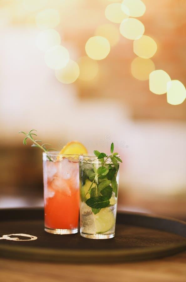 Deux verres de cocktail sur le plateau dans la barre photos stock