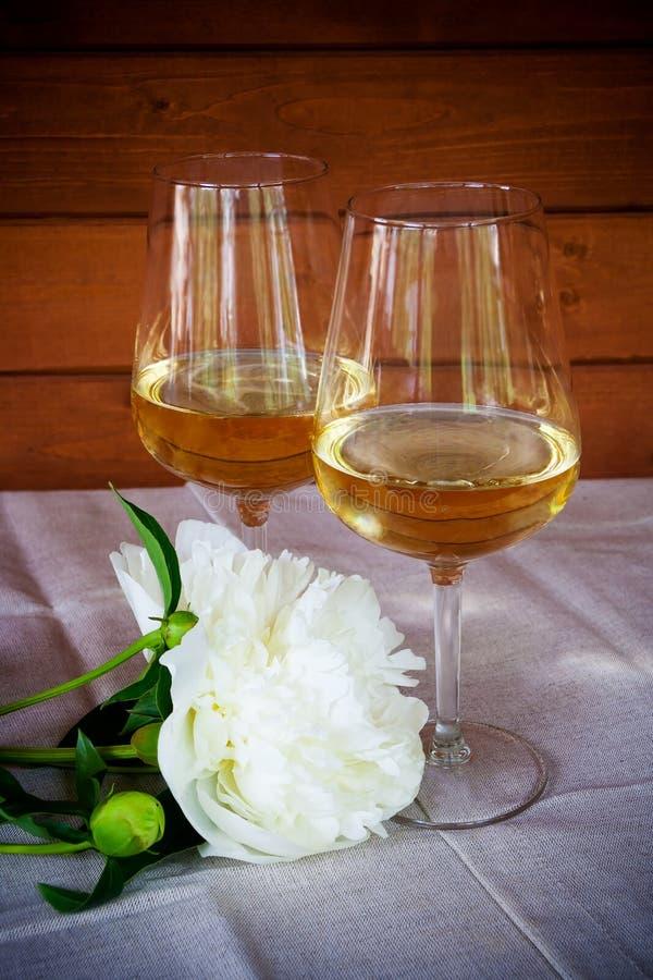 Deux verres de fleur de vin et de pivoine photos stock